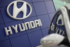 <p>Логотип автопроизводителя Hyundai в центре продаж в Сеуле 24 февраля 2010 года. Компании Hyundai Motor Co и Kia Motors Corp продлили спонсорский контракт с УЕФА до 2017 года. REUTERS/Lee Jae-Won</p>