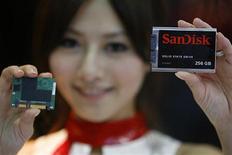<p>2 giugno 2009. Prodotto SanDisk esibito da una hostess della fiera internazionale di Taipei. Foto d'archivio. REUTERS/Nicky Loh</p>