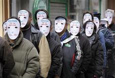 <p>Рабочие промышленного конгломерата Siemens надели маски в знак протеста против закрытия завода в Сен-Шамоне, Франция 4 февраля 2010 года. Недовольные сокращениями рабочие помешали двум менеджерам немецкого машиностроительного гиганта Siemens AG покинуть французское отделение компании в понедельник и продолжают удерживать их на фоне спора об увольнениях. REUTERS/Robert Pratta</p>
