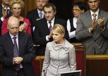 <p>Члены Кабинета Юлии Тимошенко аплодируют ей в парламенте в Киеве 3 марта 2010 года. Верховная Рада Украины поддержала в среду инициативу президентской Партии регионов и менее чем через неделю после вступления в должность главы государства Виктора Януковича выразила вотум недоверия правительству Юлии Тимошенко, что влечет отставку всего Кабинета. REUTERS/Gleb Garanich</p>