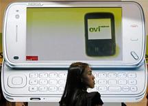 <p>La société spécialisée dans la téléphonie par internet Skype a présenté un logiciel destinés aux terminaux mobiles de Nokia. Le nouveau logiciel est disponible en téléchargement gratuit sur la boutique en ligne du finlandais, l'Ovi Store. /Photo d'archives/REUTERS/Vivek Prakash</p>