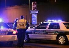 <p>Офицеры полиции стоят в оцеплении здания Пентагона в Вашингтоне, 4 марта 2010 года. Вооруженный мужчина попытался прорваться в здание Пентагона и ранил двух охранников министерства обороны США, сообщили власти. REUTERS/Yuri Gripas</p>