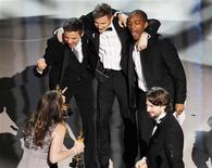 """<p>Atores Jeremy Renner (esq.), Brian Geraghty (centro) e Anthony Mackie (dir.) comemoram junto à diretora Kathryn Bigelow e o roteirista Mark Boal (dir. inferior) após vitória de """"Guerra ao Terror"""" por melhor filme na 82a edição do Oscar em Hollywood. 07/03/2010 REUTERS/Gary Hershorn</p>"""