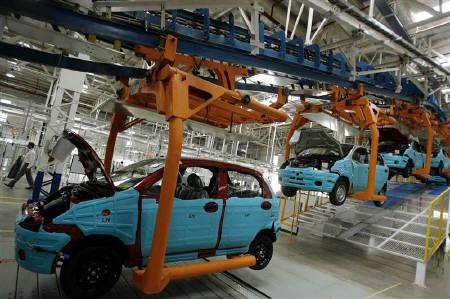 New vehicles are seen on the assembly line at a car plant in Talegaon, in this  September 2, 2008 file photo. REUTERS/Punit Paranjpe/Files