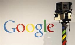 <p>Imagen de archivo del logo de Google junto a una cámara utilizada para Google Street, en exhibición en una feria computacional en Hanover. Marzo 2 2010. Estados Unidos no tendría ninguna base para denunciar ante la Organización Mundial de Comercio las restricciones chinas en internet, dijo el martes un asesor chino sobre la estrategia de la OMC en un artículo de opinión. REUTERS/Christian Charisius/ARCHIVO</p>