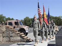 <p>Американские военнослужащие маршируют во время церемонии на военной базе США, расположенной рядом с Бишкеком, 15 июня 2009 года. США выделили Киргизии $5,5 миллиона на строительство в 2011 году антитеррористического учебного центра в Баткене - вблизи границы с Узбекистаном и Таджикистаном - для обучения киргизских военных и сотрудников спецслужб. REUTERS/Vladimir Pirogov</p>
