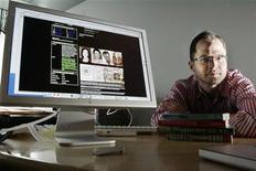 <p>Imagen de archivo de el escritor Josh Kilmer-Purcell, mostrando su sitio MySpace donde él y otros colegas promocionaban sus libros, en Nueva York. Jun 14 2006. Después de perder audiencia, llevar a cabo despidos y dos reestructuraciones en la dirección, la web MySpace, de News Corp, en su momento líder en las redes sociales en internet, ha tenido un año duro. REUTERS/ARCHIVO</p>