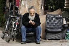 <p>Uomo alle prese con il suo telefonino. Foto d'archivio. REUTERS/Claro Cortes</p>