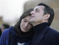 <p>Il presidente francese Nicolas Sarkozy con la moglie Carla Bruni in una immagine di archivio. REUTERS/Nasser Nuri</p>
