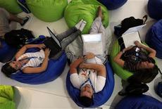 """<p>Люди занимаются поиском информации в интернете в время специального форума """"Campus Party"""" в Сан-Паулу, 27 января 2010 года. Этот год был тяжелым для MySpace из-за снижения популярности сайта и перемен в руководящем составе, однако новое руководство рассчитывает вернуть утраченных пользователей. REUTERS/Paulo Whitaker</p>"""