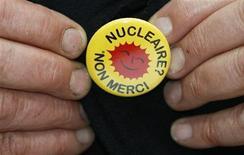 """<p>Un francese mostra una spilletta che dice """"Nucleare? No grazie"""". REUTERS/Regis Duvignau</p>"""