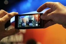 <p>Uno smartphone Motorola. REUTERS/Steve Marcus</p>