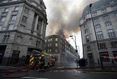 <p>Пожарные борются с огнем в центре Лондона 11 марта 2010 года. Два десятка пожарных расчетов борются с огнем в Лондоне, дым от горящих офисных помещений и ресторана виден в центре города. REUTERS/Greg Bos</p>