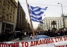 <p>Бывшие работники приватизированной компании Olympic Airways протестуют в Афинах 10 мартав 2010 года. Госслужащие и работники частного сектора Греции организовали забастовку, в результате чего были закрыты школы, отменены авиарейсы, встал общественный транспорт. REUTERS/Yiorgos Karahalis</p>