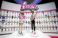 """<p>Imagen de archivo de la nueva Barbie de Mattel, Barbie reportera y Barbie ingeniera en computación en una feria de juguetes en Nueva York. Feb 12 2010. Barbie tiene, además de Ken, dos nuevos hombres en su vida. Los fabricantes de Barbie, Mattel Inc., dijeron el miércoles que lanzarán una nueva línea de muñecos basados en los personajes de la aclamada serie dramática de televisión """"Mad Men"""", entre ellos el atractivo ejecutivo Don Draper y su socio de la agencia de publicidad, Roger Sterling. REUTERS/Jeff Zelevansky/ARCHIVO</p>"""