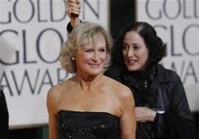<p>Foto de archivo: la actriz Glenn Close (izquierda) arriba a la entrega de los Globos de Oro en Beverly Hills, ene 17 2010. REUTERS/Danny Moloshok (UNITED STATES)</p>