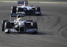 <p>Piloto da equipe Mercedes da Fórmula 1 Nico Rosberg da Alemanha em sessão de para o Grande Prêmio do Bahrain em Manama. Rosberg desbancou o companheiro da equipe Michael Schumacher para terminar em primeiro lugar no treino livre desta sexta-feira. 12/03/2010 REUTERS/Steve Crisp</p>