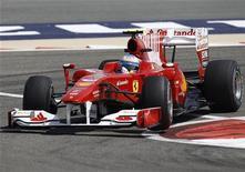 <p>La Ferrari di Fernando Alonso durante le prove sul circuito del Bahrein. REUTERS/Steve Crisp</p>