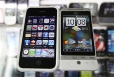 <p>Les groupes de médias, qui cherchent depuis longtemps à faire payer leur contenu sur internet, pourraient y être aidés par la manière dont les téléphones multifonctions tels que l'iPhone d'Apple révolutionnent l'accès au web. /Photo prise le 3 mars 2010/REUTERS/Nicky Loh</p>