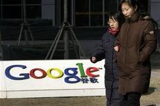 """<p>Las negociaciones entre Google y China sobre la censura en el gigante asiático han llegado a un punto muerto y la firma de internet está ahora """"99,9"""" por ciento segura de que cerrará su motor de búsquedas chino, informó el sábado el diario Financial Times. En esta foto de archivo, peatones caminan junto a los cuarteles generales de Google en China. . REUTERS/Jason Lee(CHINA - Tags: BUSINESS POLITICS SCI TECH)</p>"""