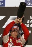 <p>Alonso comemora vitória no Barein. Um espumante não-alcoólico de frutas foi tão saboroso quanto champanhe para Fernando Alonso neste domingo, quando o espanhol comemorou uma estreia triunfante na Ferrari e sua primeira vitória desde 2008.14/03/2010.REUTERS/Ahmed Jadallah</p>