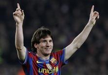 <p>Messi comemora o segundo gol contra o Valência. Um Lionel Messi sublime marcou três gols em casa na vitória de 3 x 0 do Barcelona sobre o terceiro colocado Valência neste domingo, deixando o campeão espanhol no topo da tabela e três pontos adiante do Real Madrid.14/03/2010.REUTERS/Albert Gea</p>