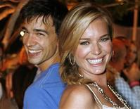 "<p>Foto de archivo de los actores Christopher Gorham (izquierda en la imagen) y Rebecca Romijn durante la fiesta de lanzamiento del dvd de la serie 'Ugly Betty The Complete First Season The Bettyfied Edition' en el hotel Mondrian hotel en West Hollywood, EEUU, ago 20 2007. Gorham de la serie de televisión ""Ugly Betty"" es el último en subirse al proyecto ""The Ledge"". REUTERS/Fred Prouser</p>"