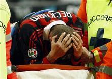 <p>14 marzo 2010. David Beckham soccorso dopo l'infortunio. REUTERS/Alessandro Garofalo</p>