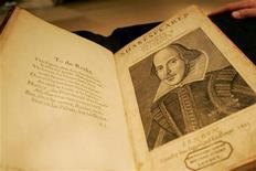 """<p>Собрание сочинений Уильяма Шекспира 1640 года издания на аукционе Sotheby's в Нью-Йорке 19 апреля 2006 года. Игнорируемые ранее заявления писателя XVIII века о том, что его пьеса основана на одной из """"потерянных"""" работ Шекспира, наконец приняли всерьез. REUTERS/Shannon Stapleton</p>"""