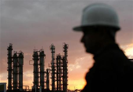 A worker stands near the oil refinery Camilo Cienfuegos in Cienfuegos December 20, 2007. REUTERS/Claudia Daut