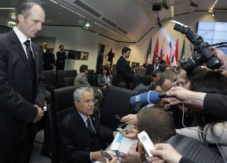 Saudi Arabia's Oil Minister Ali al-Naimi (C) talks to journalists at the beginning of a meeting of OPEC oil ministers in Vienna March 17, 2010. REUTERS/Heinz-Peter Bader