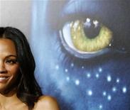 """<p>Atriz Zoe Saldana em estreia de """"Avatar"""" no cinema Mann's Grauman em Hollywood. O filme será lançado em DVD nos EUA e Canadá no Dia da Terra, 22 de abril, fazendo alusão aos temas de conscientização ambiental. 16/12/2009 REUTERS/Mario Anzuoni</p>"""