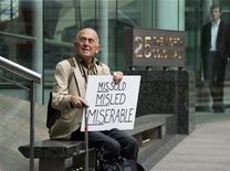 <p>Мужчина из Борнмута протестует перед зданием Управления по финансовым услугам в Лондоне 15 сентября 2009 года. Среднестатистический англичанин считает, что молодость заканчивается в 36 лет, а старость начинается в 58, обнаружили британские ученые. REUTERS/Kevin Coombs</p>