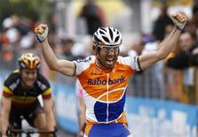 <p>Freire esulta dopo la vittoria. REUTERS/Alessandro Garofalo (ITALY - Tags: SPORT CYCLING)</p>