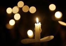<p>Свеча, зажженая в храме во время церемонии отпевания погибших, США, 4 января 2006 года. Российская певица Валентина Толкунова после продолжительной болезни скончалась в Москве на 64-м году жизни, сообщают российские СМИ. REUTERS/Joshua Roberts</p>
