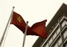 """<p>Una bandera China frente al logo de Google en la sede de Pekín. Mar 22 2010. Ante las crecientes especulaciones de que Google anunciará pronto el cierre de su portal de internet en China, la reacción de algunos chinos ha sido la de """"date prisa y vete"""" o simplemente """"¿y qué?"""". REUTERS/Jason Lee</p>"""