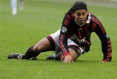 <p>Ronaldinho durante pardida contra o Napoli em Milão. O Milan não conseguiu aproveitar a chance de liderar o Campeonato Italiano ao apenas empatar por 1 x 1 contra o Napoli no Estádio San Siro neste domingo.21/03/2010.REUTERS/Paolo Bona</p>