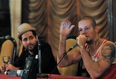 <p>René Pérez (derecha en la imagen) y Eduardo Cabra del grupo Calle 13 durante una conferencia de prensa en La Habana, mar 22 2010. René Pérez (derecha en la imagen) y Eduardo Cabra del grupo Calle 13 durante una conferencia de prensa en La Habana, mar 22 2010 REUTERS/Stringer</p>