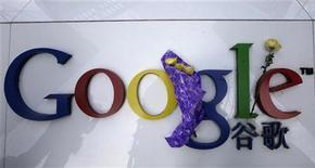 <p>Crisantemi vicino a una insegna di Google al quartier generale della compagnia a Pechino. REUTERS/Jason Lee</p>
