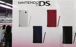 <p>Nintendo va lancer en 2010-2011 une nouvelle version de sa console de poche DS permettant de jouer à des jeux en trois dimensions (3D) sans lunettes spéciales. /Photo prise le 28 janvier 2010/REUTERS/Toru Hanai</p>