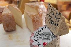 <p>Различные сорта сыра в магазине в Париже 16 января 2009 года. Преподаватель одного из колледжей Магнитогорска ставил студентам оценки в обмен на рыбу, чай, сыр и колбасу, сообщил следственный комитет при прокуратуре РФ по Челябинской области. REUTERS/Philippe Wojazer</p>
