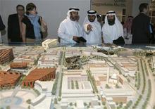 <p>Люди рассматривают градостроительный макет острова Саадият, Абу-Даби 6 марта 2007 года. Компания Tourism Development & Investment Company (TDIC) из Абу-Даби во вторник объявила тендер на строительство филиала Лувра на острове Саадият. REUTERS/Osayd Hasan</p>