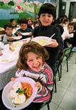 <p>Mensa a Roma in foto d'archivio. REUTERS/Vincenzo Pinto</p>