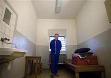 <p>Мужчина в камере в берлинской тюрьме 29 октября 2009 года. Суд признал виновными четверых пенсионеров из Германии, которые похитили финансового агента и попытались заставить его вернуть им потерянные инвестиции на 2,5 миллиона евро. REUTERS/Thomas Peter</p>
