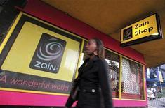 <p>Boutique Zain à Nairobi, au Kenya. Le conseil d'administration de l'opérateur télécoms koweïtien Zain a approuvé la cession de la plupart des actifs africains du groupe à l'indien Bharti Airtel pour neuf milliards de dollars (6,75 milliards d'euros), selon plusieurs sources au fait du dossier. /Photo prise le 15 février 2010/REUTERS/Thomas Mukoya</p>