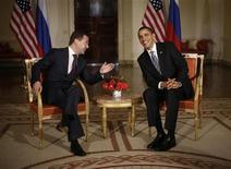 <p>Президент США Барак Обама встречается с президентом России Дмитрием Медведевым в Лондоне 1 апреля 2009 года. Россия и Соединенные Штаты могут подписать новый договор о контроле за ядерными вооружениями в столице Чехии Праге, сообщили в среду представители Чехии и США. REUTERS/Jason Reed</p>