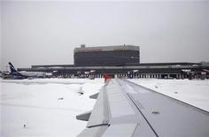 """<p>Общий вид аэропорта Шереметьево недалеко от Москвы 11 февраля 2010 года. Московский аэропорт Шереметьево с 28 марта сменит название своего первого терминала: теперь он будет называться терминалом """"B"""". REUTERS/Denis Sinyakov</p>"""