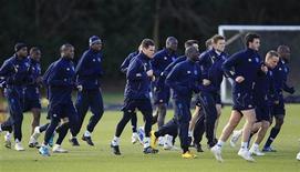 """<p>Игроки """"Портсмута"""" на тренировке в Саутгемптоне 26 февраля 2010 года. Обремененному долгами """"Портсмуту"""" разрешили продавать игроков вне трансферного окна, сообщила в среду английская Премьер-лига. REUTERS/Eddie Keogh</p>"""