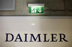 """<p>Табличка """"Выход"""" рядом с логотипом немецкого автопроизводителя Daimler AG в Штуттгарте 18 февраля 2010 года. США обвинили немецкого автопроизводителя Daimler AG в раздаче взяток и дорогих подарков иностранным чиновникам на миллионы долларов с целью заключения выгодных контрактов. REUTERS/Johannes Eisele</p>"""