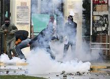 <p>Studenti si scontrano con la polizia, foto d'archivio. REUTERS/Jaime Saldarriaga</p>